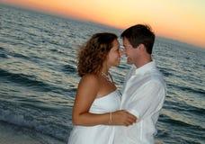 strandparsolnedgång royaltyfria foton