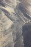 Strandpatroon door golven op zand Stock Fotografie