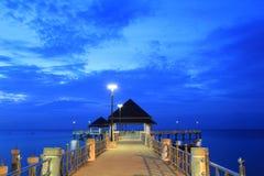 Strandpaviljong med blå himmel Arkivbild
