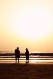 strandpensionärsolnedgång royaltyfria foton