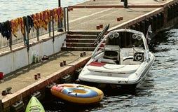 Strandpier-Schwimmenklagen lizenzfreies stockfoto