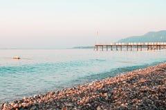 Strandpier und -meer des frühen Morgens gegen klare Skyline Lizenzfreies Stockfoto