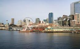 StrandPiers Dock Buildings Needle Ferris hjul Seattle Royaltyfri Bild