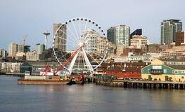 StrandPiers Dock Buildings Needle Ferris hjul Seattle Royaltyfri Fotografi