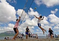 strandpiggvolleyboll Arkivbild