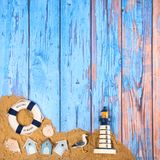 Strandplakat mit Kabinen und Leuchtturm Stockfoto
