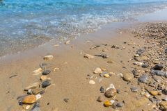 Strandplatsen, vaggar och små vågor, det stillsamma landskapet av kusten royaltyfri foto
