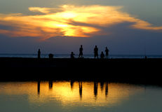 strandpojkar som fiskar att leka Arkivfoton