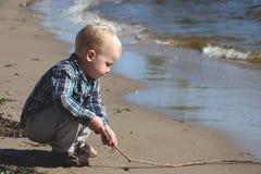 strandpojke little som leker fotografering för bildbyråer