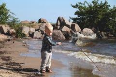strandpojke little som leker arkivfoton