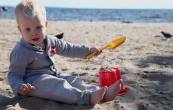 strandpojke little som leker royaltyfri bild