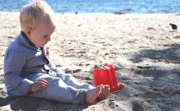 strandpojke little som leker royaltyfria foton