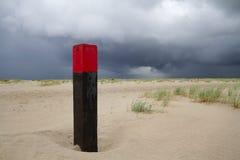 Strandpol på den vidsträckta stranden Arkivbilder