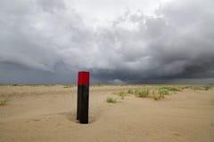 Strandpol på den vidsträckta stranden Arkivfoton