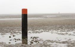 Strandpol på våt sand Royaltyfri Foto