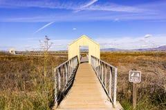 Strandpromenad över marsklan, Alviso Marina County Park, södra San Francisco Bay, San Jose, Santa Clara County, Kalifornien royaltyfri fotografi