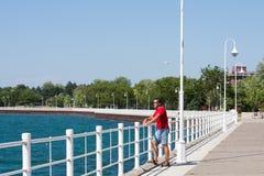 Strandpromenad på den horisontalSarnia fjärden arkivbild