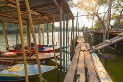 Strandpromenad pir nära traditionell livsstil a för Raksamae bro royaltyfria bilder