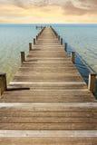 Strandpromenad till den ändlösa horisonten Fotografering för Bildbyråer