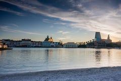 StrandpromenadDisney område med svan- och delfinhotellet Royaltyfri Fotografi