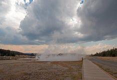 Strandpromenaden mellan den varma våren för den varma sjön och Firehole sjön kör i den lägre Geyserhandfatet i den Yellowstone na Royaltyfri Foto