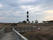 Strandpromenaden till och med träsk till Bodie Lighthouse i hästkrakar Head, North Carolina royaltyfri foto