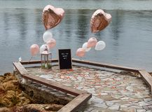 Strandpromenadförslag med guld- ballonger royaltyfria bilder