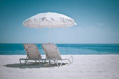 Strandregenschirm und -stühle Lizenzfreie Stockfotografie