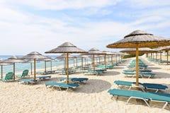 Strandregenschirme auf sandiger Küste Lizenzfreies Stockfoto
