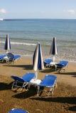 Strandregenschirme und -stühle Stockfotografie