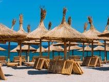 Strandregenschirme und -stühle Lizenzfreie Stockfotos