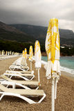Strandregenschirme und sunbeds Lizenzfreie Stockfotografie