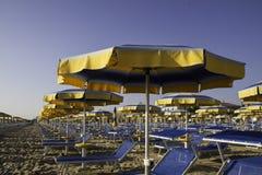 Strandregenschirme und sunbeds Lizenzfreies Stockbild