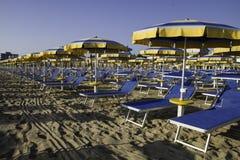 Strandregenschirme und sunbeds Lizenzfreies Stockfoto