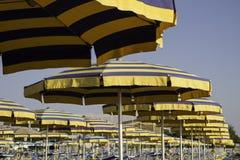 Strandregenschirme und sunbeds Lizenzfreie Stockbilder