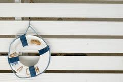 Strandreifen, der am weißen Stand hängt Stockfotografie