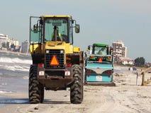 Strandreinigungsanlage, die Rückstand auf einem Florida-Strand aufhebt stock video footage