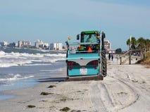 Strandreinigungsanlage, die Rückstand auf einem Florida-Strand aufhebt stock footage