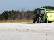 Strandreinigungsanlage, die Rückstand auf einem Florida-Strand aufhebt stock video