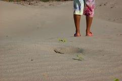 Strandreise - bemannen Sie das Gehen auf den Sandstrand, der Abdrücke im Sand lässt Lizenzfreies Stockfoto