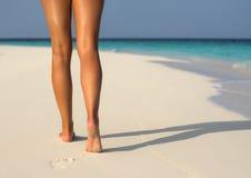 Strandreise - Frau, die auf den Sandstrand herein verlässt Abdrücke geht Stockbild