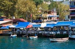 Strandrestauranger och kaféer av Anadolu Kavagi arkivbild