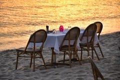 Strandrestaurantsonnenuntergang stockfoto