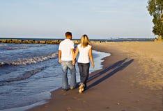 strandromantiker går arkivfoton