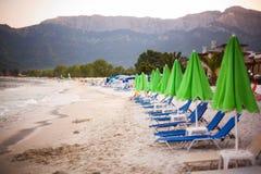 Strandsängar och paraplyer i Thassos Arkivbild