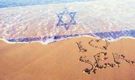 Strandsand, hav och flagga Israel Jag älskar det Israel begreppet royaltyfri foto