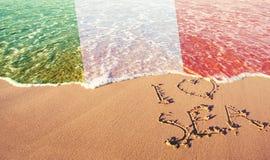 Strandsand, hav och flagga Italien Jag ?lskar det Italien begreppet royaltyfri foto