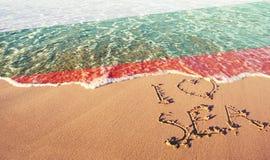 Strandsand, hav och flaggaBulgarien Jag älskar Bulgarienbegrepp royaltyfri foto