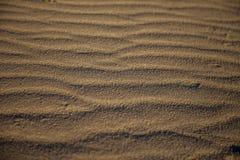 Strandsand med krusningar arkivfoton
