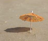 Strandsand och paraply för coctailar Fotografering för Bildbyråer
